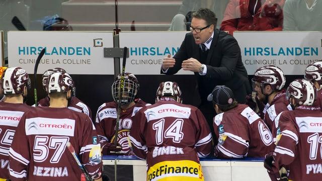 Genf-Trainer Chris McSorley gibt seinen Spielern Anweisungen.