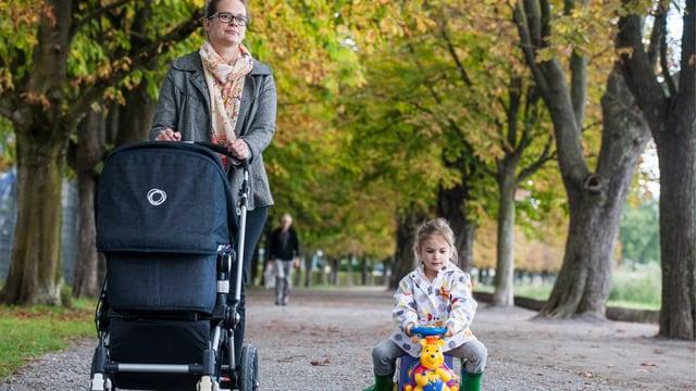 Eine Mutter mit einem Kind im Park.