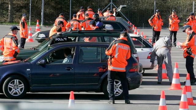 Polizists che controlleschan autos.