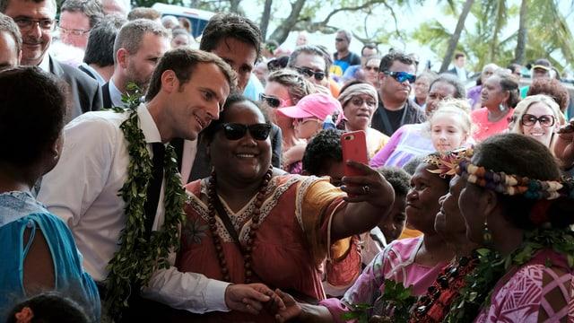 Macron macht Selfies mit Menschen in Neukaledonien.