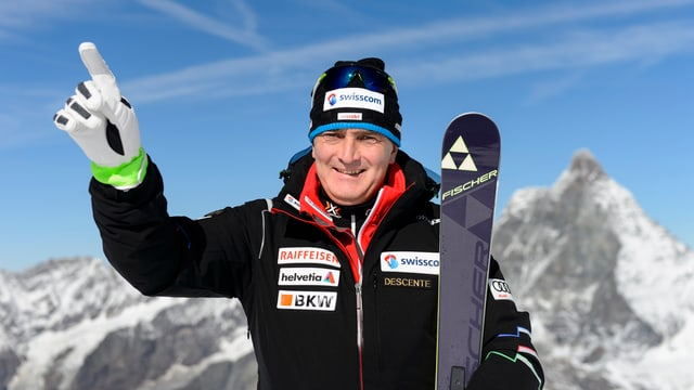Stéphane Cattin zeigt mit dem rechten Zeigefinger Richtung Himmel.