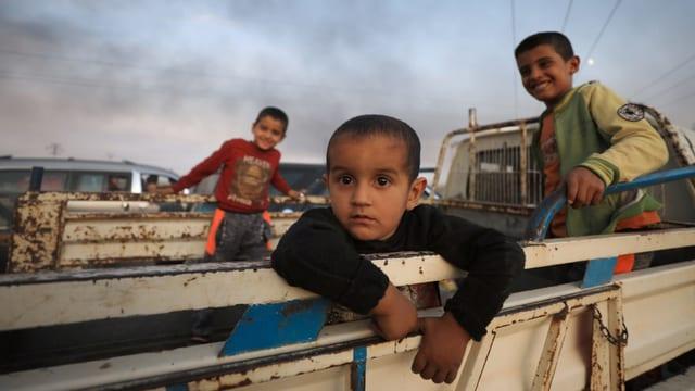 Kinder auf einem Pickup.