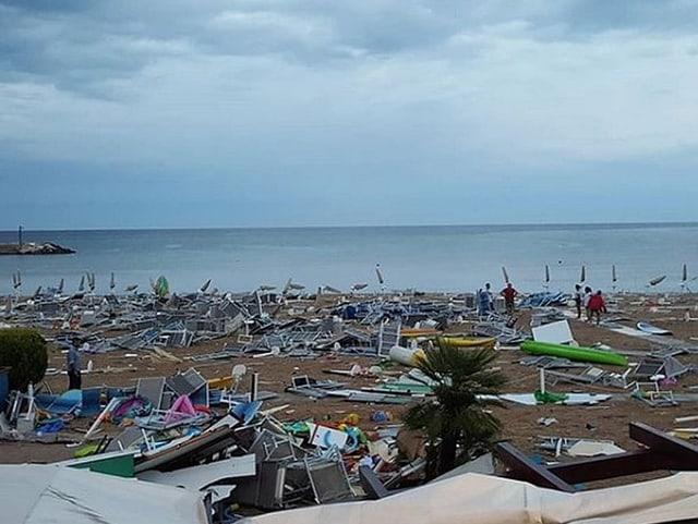 Verwüsteter Strand, Sonnenliegen, Sonnenschirm und Stühle hat der Sturm durcheinander gewirbelt.