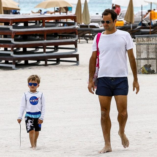 Roger Federer mit einem seiner Söhne am Strand von Miami.