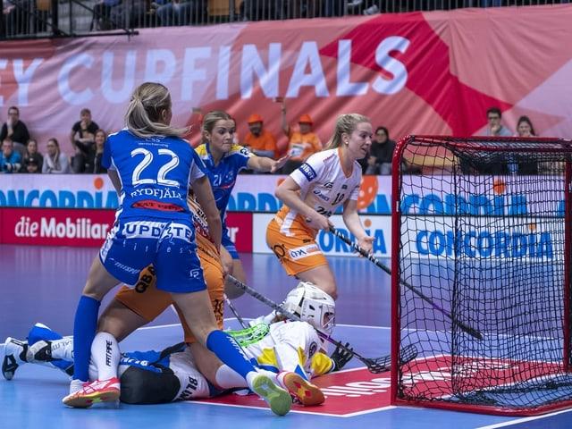 Die Unihockeyanerinnen von Piranha Chur und Kloten-Dietlikon.