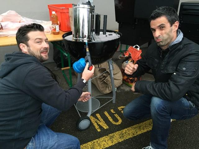Vor dem Radiostudio ist es 10 Grad kalt. Jann und Philippe heizen ein.