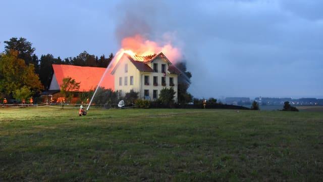 Dachstock eines Hauses brennt