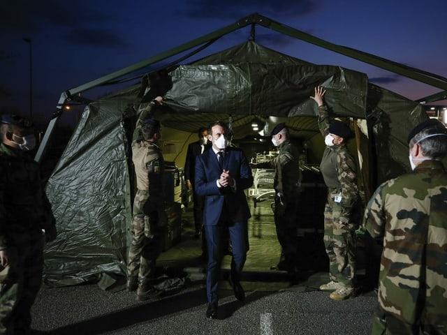 Macron zu Besuch im Militärspital