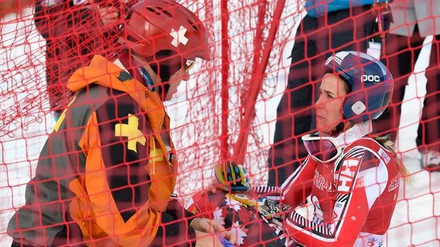 Marie-Michèle Gagnon hockt mit schmerzverzerrtem Gesicht im Schnee.