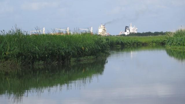 Fluss und im Hintergrund Schwerindustrie.