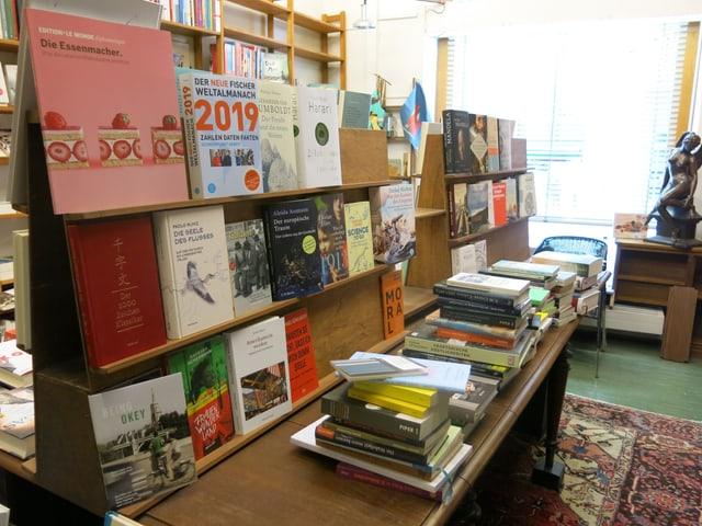 Büchertisch mit Büchern