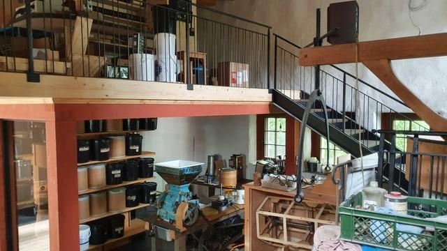 Das Innere der Mühle mit Verkaufs- und Arbeitsbereich.