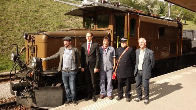 Il persunal dal tren ensemen cun il directur da la Viafier retica Renato Fasciati e represchentants da la politica da Tavau e da Bravuogn Filisur.