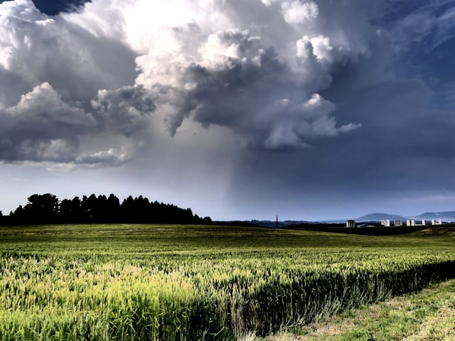 Gewitterwolken am Himmel bei Riedern (BE).