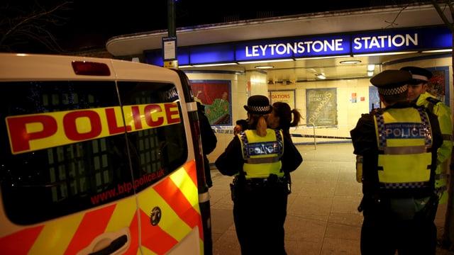 polizia avant la staziun da metro