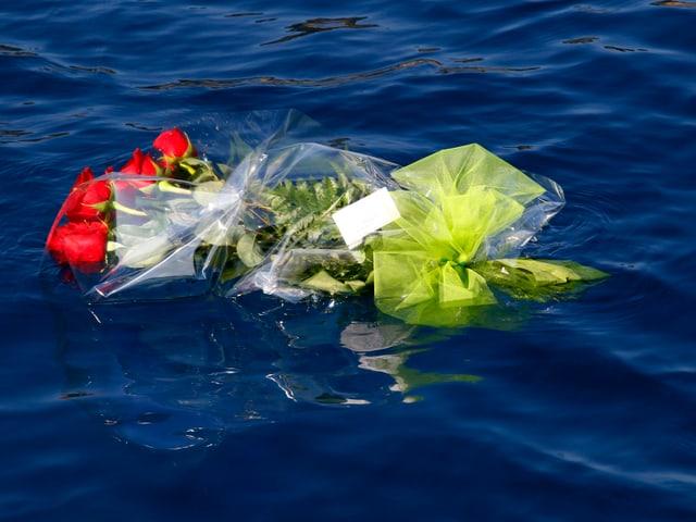Blumen schwimmen auf dem Wasser