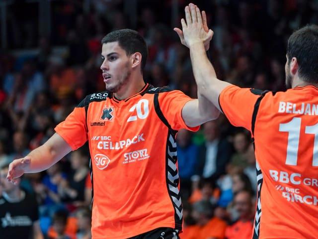 Luka Maros und Bojan Beljanski freuen sich nach einem Tor.