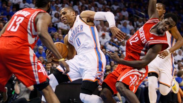 Bei dieser Aktion verletzte sich Russell Westbrook (2. v.l.) gegen die Houston Rockets am Knie.