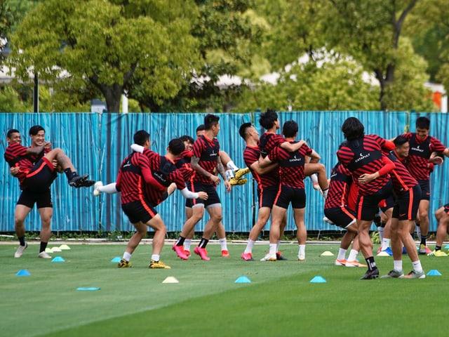 Die Spieler von Titelverteidiger Schanghai SIPG bereiten sich auf den Start vor.