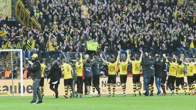 Die Dortmund-Spieler bedanken sich bei ihren Fans.