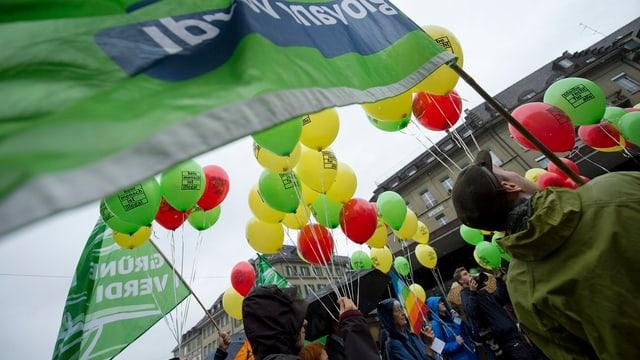 Menschen mit Ballonen und Transparenten.