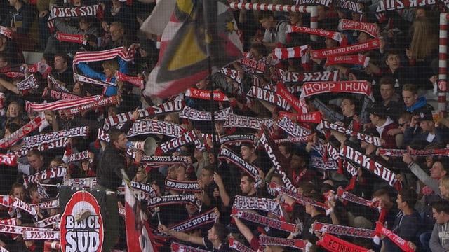 Die Fans des FC Thuns bejubeln ihre Mannschaft.