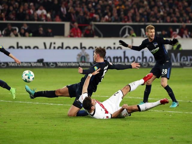 Hertha-Verteidiger Stark gewinnt den Zweikampf gegen den liegenden Gomez, produziert dann aber ein Eigentor.