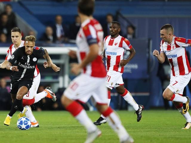 Neymar kurvt durch die Belgrader Abwehr.