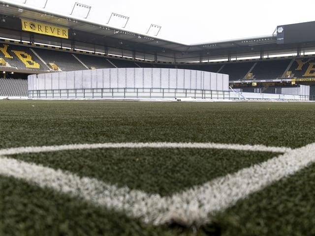 Im Stade de Suisse findet zum zweiten Mal ein Eishockey-Spiel statt.
