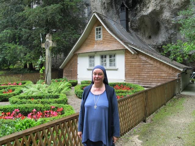 Schwester Benedikta vor der Einsiedelei