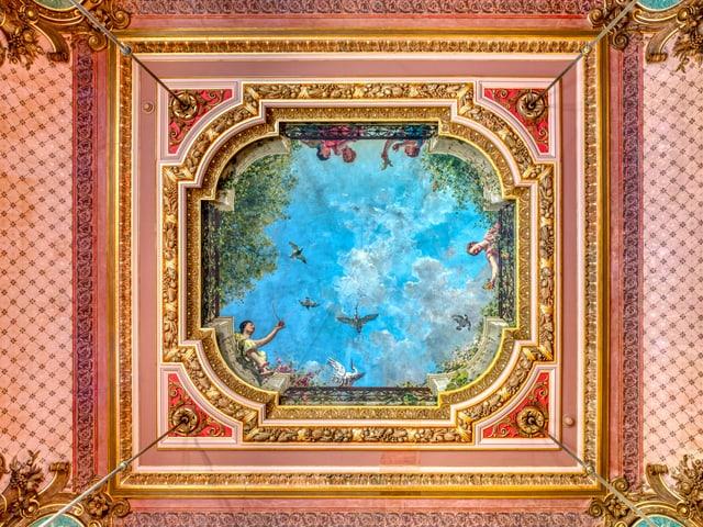 Deckenmalerei, die einen Himmel, Vögel und Menschen zeigt. Alles gerahmt von rosa Bordüren.