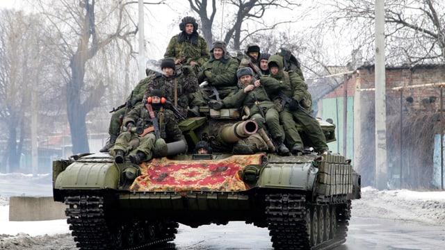 Soldaten sitzen auf einem Panzer