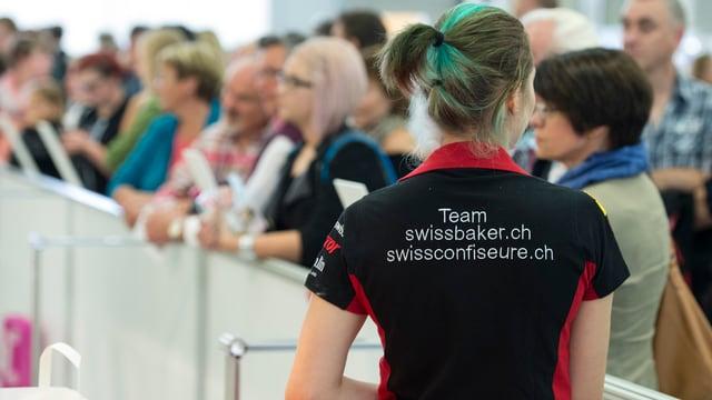 Junge Frau mit T-Shirt mit der Aufschrift «Team swissbaker.ch»