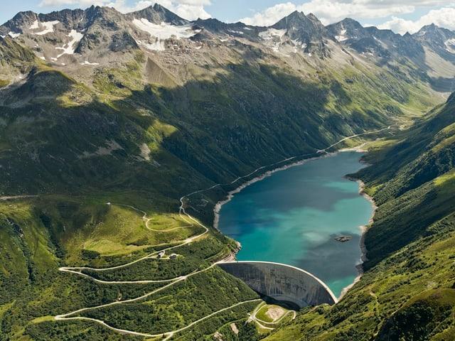 Ina funtauna d'energia alpina è l'aua - qua il lai da fermada en la Val Nalps sisum la Surselva.