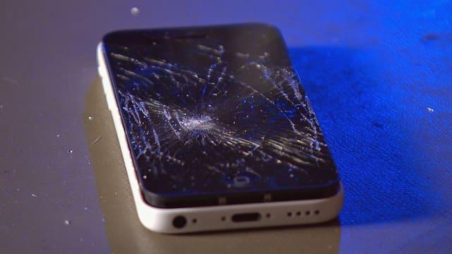 Smartphone mit zersplittertem Display.