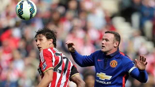 Wayne Rooney versucht gegen Sunderlands Santiago Vergini an den Ball zu kommen.