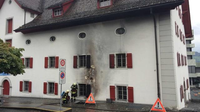 Die Flammen und der Rauch drangen aus einem Abluftschacht. Die Feuerwehr konnte den Brand rasch löschen.