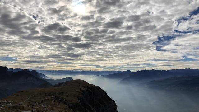 Am Sonntagvormittag hatte es über den östlichen Alpen Wolkenfelder. Blick vom Chäserrugg auf das Seeztal.