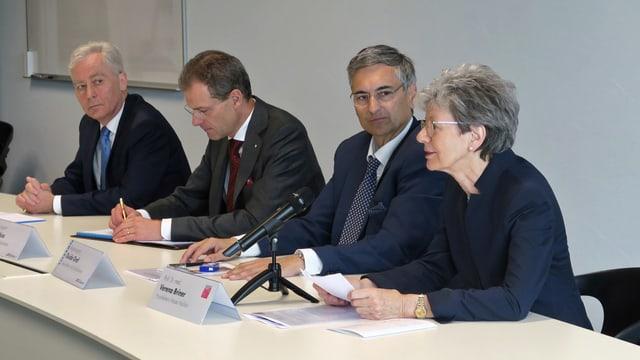 Uni-Rektor Bruno Staffelbach, Bildungsdirektor Reto Wyss, Gesundheitsdirektor Guido Graf, und Projektleiterin Verena Briner
