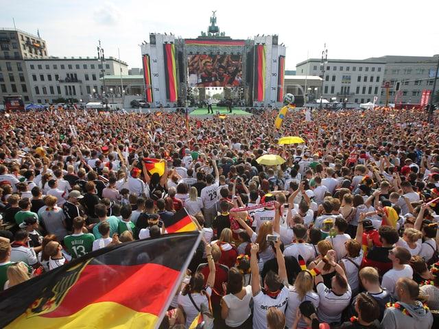 Tausende Fans am Brandenburger Tor.