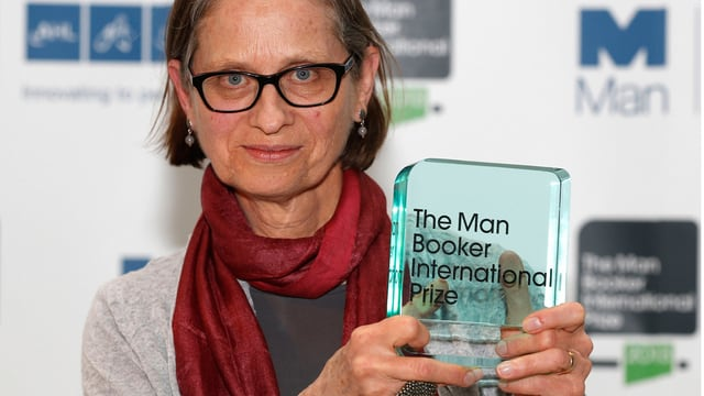 Schriftstellerin Lydia Davis mit gläserner Trophäe des «Man Booker International Prize».