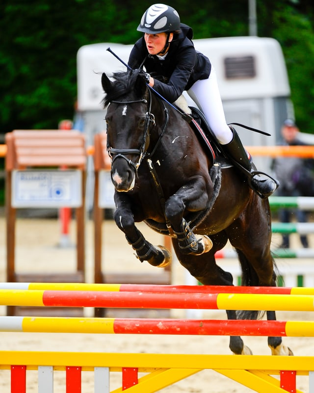 Mirjam Dobler springt mit ihrem Pferd über eine Hürde