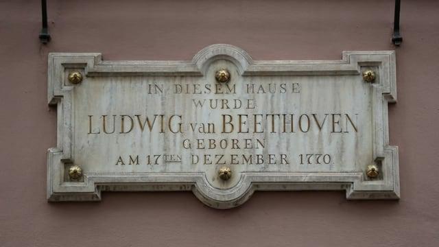 Marmor-Stein mit der Aufschrift: In diesem Hause wurde Ludwig van Beethoven geboren.