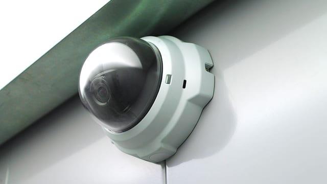 Nahaufnahme Überwachungskamera an einer Hausfassade.