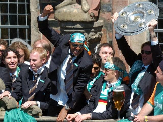 Werder-Spieler feiern eine ausgelassene Meisterparty.