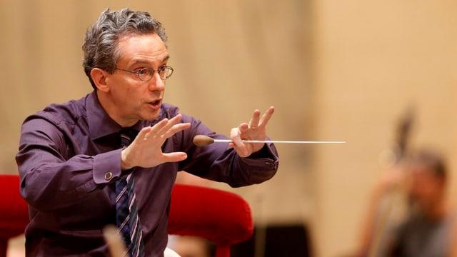Ein Dirigent dirigiert.