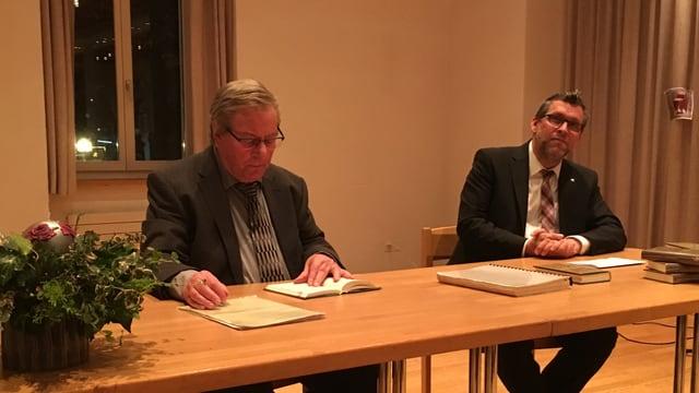 Isidor Winzap (sen.) e Jan-Andrea Bernhard durant la presentaziun dal Tschespet.