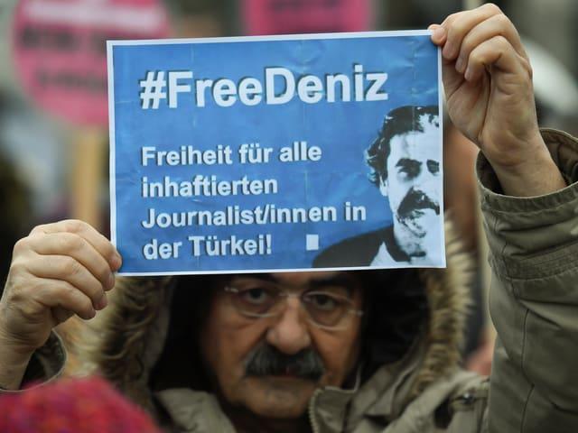 Mann demonstriert für Freilassung von Yücel