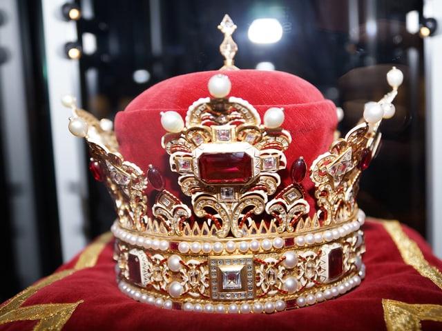 Eine mit Diamanten und Perlen verzierte Krone.