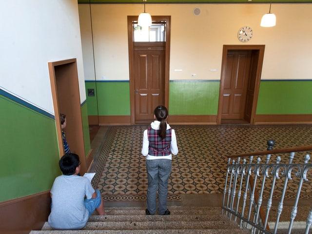 Zwei Kinder auf einer Treppe